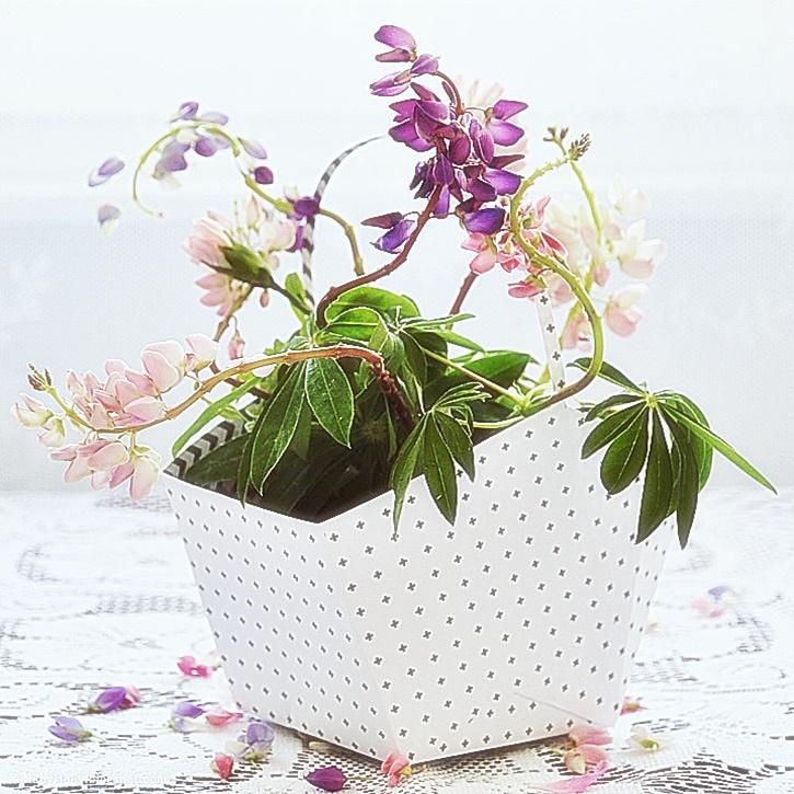 Koszyczek na kwiatki wykonany z papieru. Na bukiet kwiatów i sypanie kwiatków na Boże Ciało