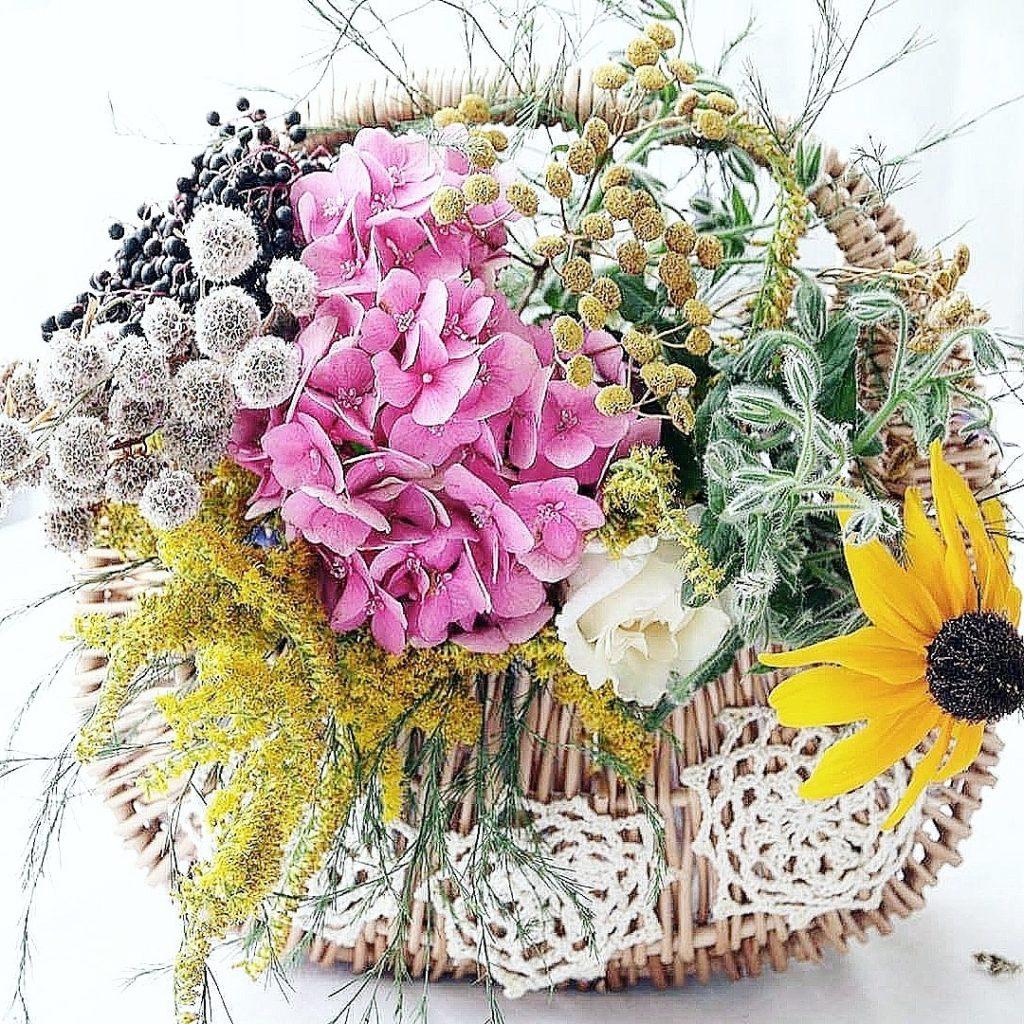 bukiet z suszonych kwiatów w wiklinowym koszyku