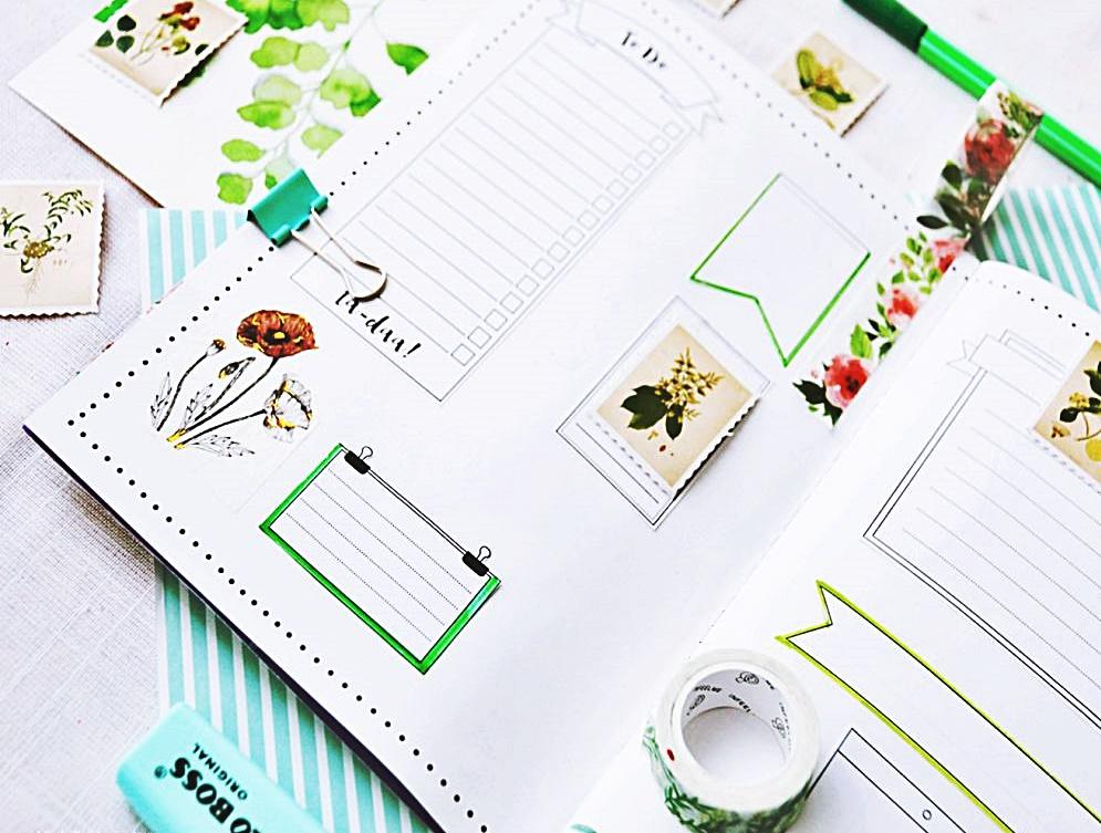 Jak zrobić planer botaniczny. Strona w planerze z naklejkami roślinnymi