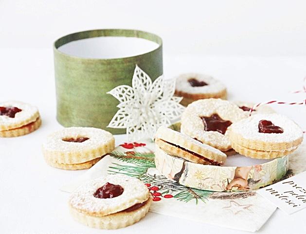 Ciasteczka linckie na świąteczny prezent w dekoracyjnym pudełku
