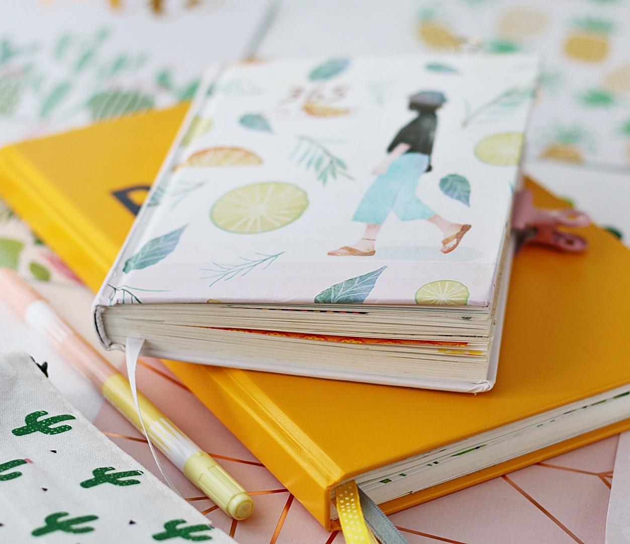 Planer w formie książkowej do planowania dni, tygodni i miesięcy