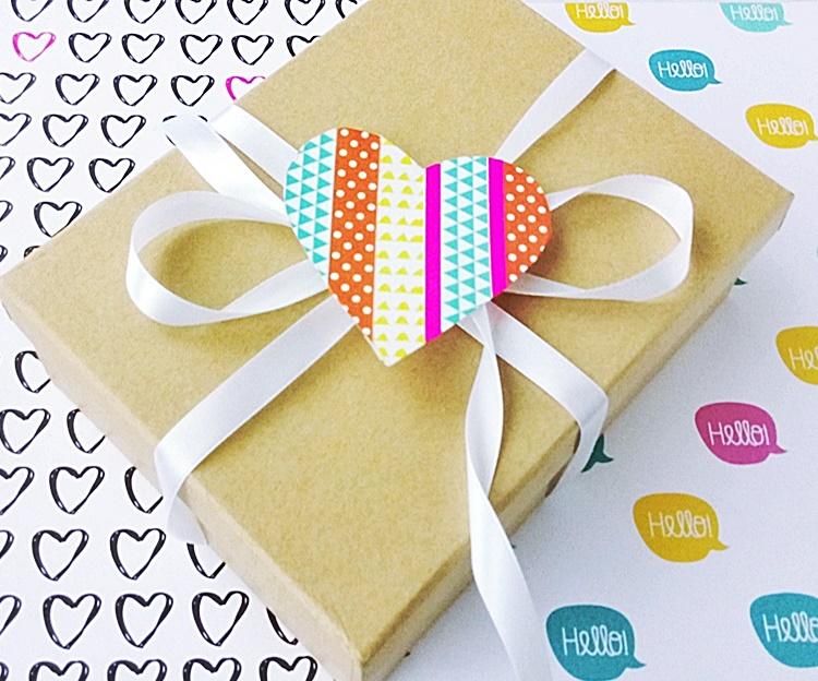 Opakowanie na prezent udekorowane sercami z papieru