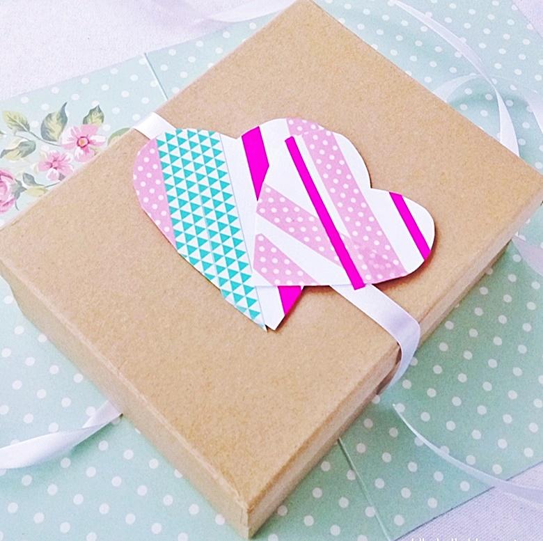 Serce z papieru na walentynki uzyte do dekoracji prezentu.